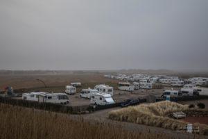 Ein Campingplatz mit vielen Campervans in St.Peter Ording.