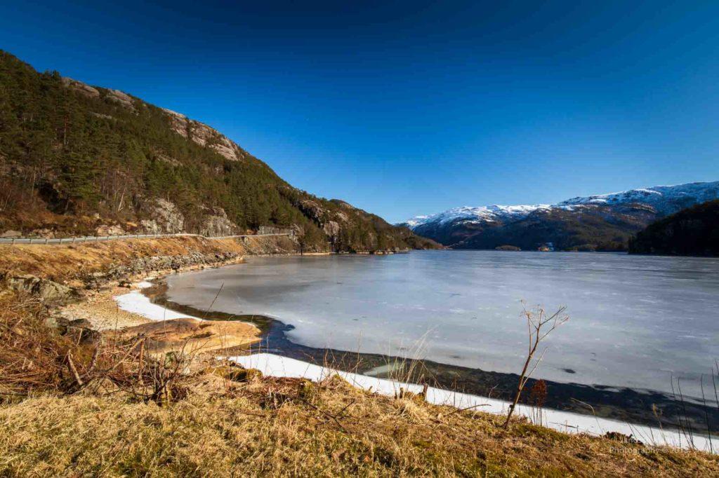 Blick auf einen gefrorenen See in der Hardangerregion