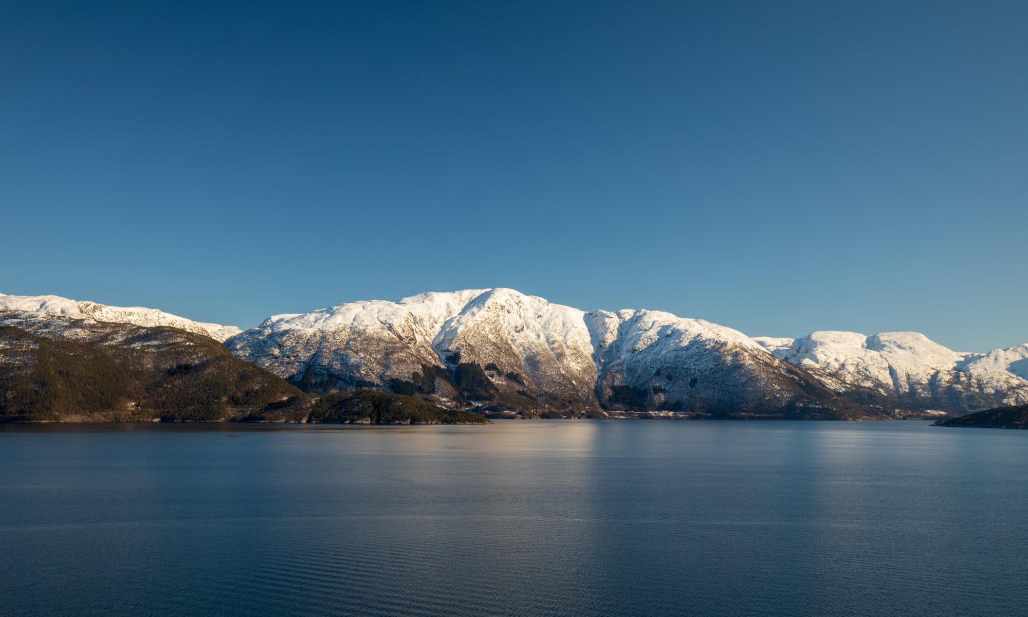 Blick auf verschneite Gipfel des Hardangerfjord