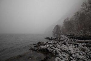 Verschneite Küste am Hardangerfjord
