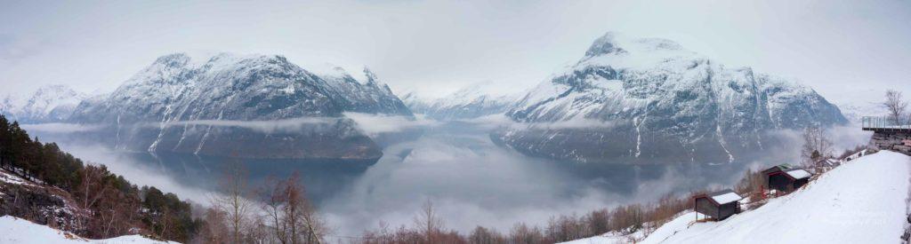 Panoramabild des Geiranger Fjords im Winter