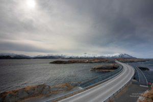 Blick über die Inseln und Brücke auf der Atlantikstrasse in Norwegen.