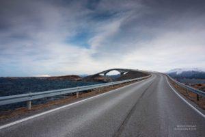 Blick auf eine spektakuläre Brücke, nordwärts auf der Atlantikstrasse.