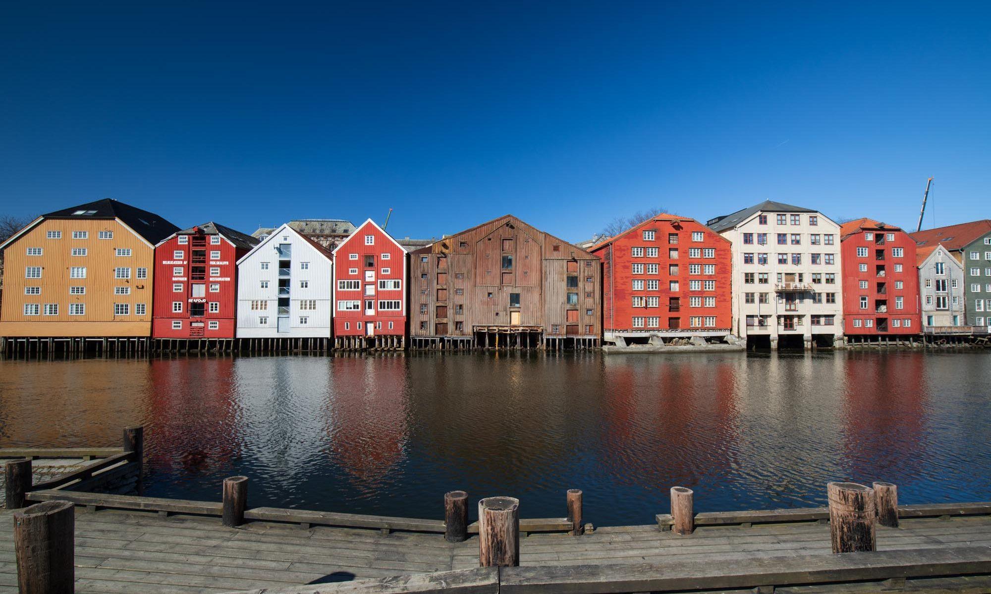 Farbige Häuser auf Stelzen in Trondheim, Norwegen.