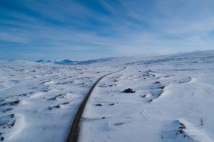 Eingeschneites Polarkreiszentrum in Norwegen