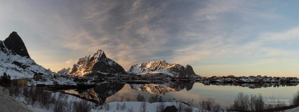 Blick auf ein Bergpanorama auf Lofoten im Sonnenuntergang.