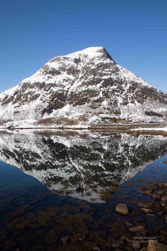 Spiegelung eines Berges im See auf Lofoten