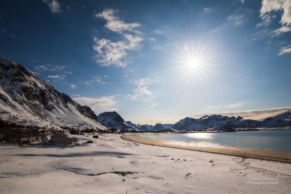 Blick auf einen verschneiten Sandstrand im Winter auf Lofoten.