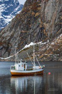 Bild eines traditionellen Fischerboots im Hafen.