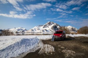 Foto von Campervan auf Lofoten auf freiem Parkplatz.