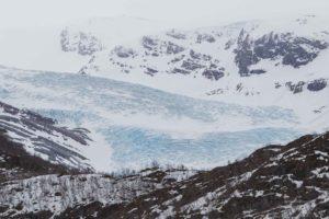 Blick auf die Gletscherzunge des Svartissen Gletschers mit Abbrüchen.