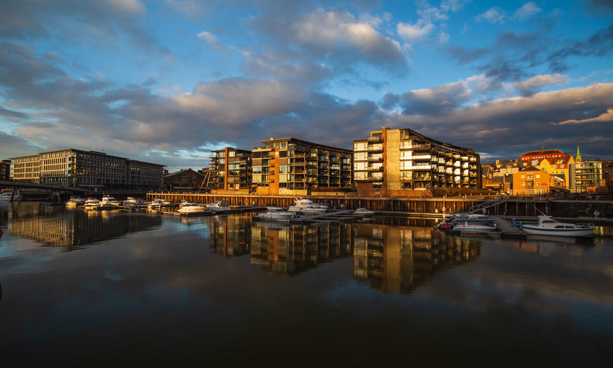Foto des Yachthafens von Trondheim bei Sonnenuntergang.