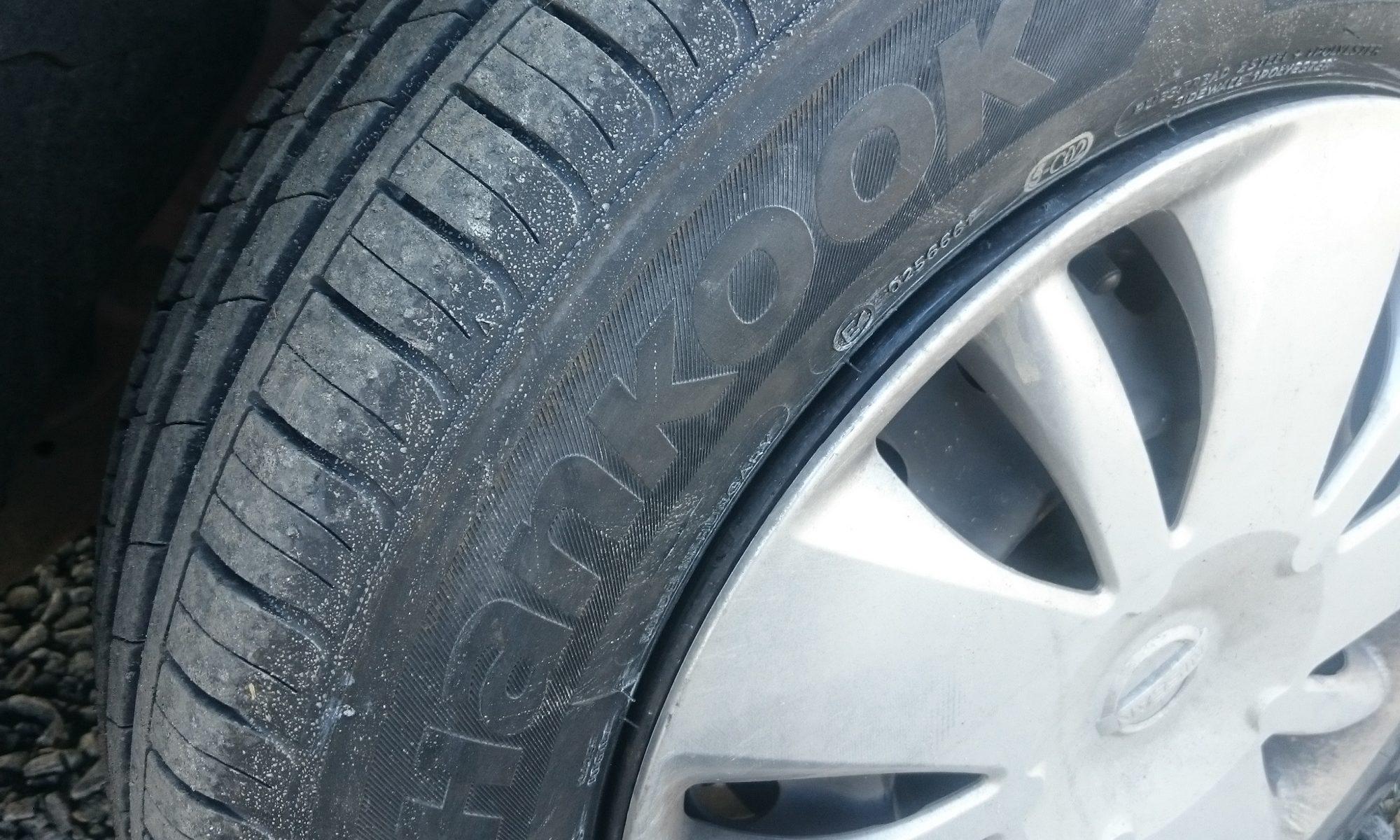 Bildauschnitt von schmutzigen Hankook Reifen.