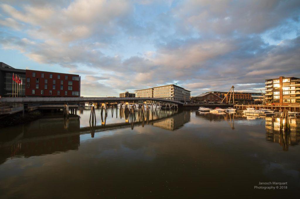 Foto des Yachthafens von Trondheim bei untergehneder Sonne.