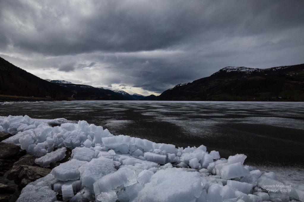Foto von Eisschollen an einem teilweise gefrorenen See.