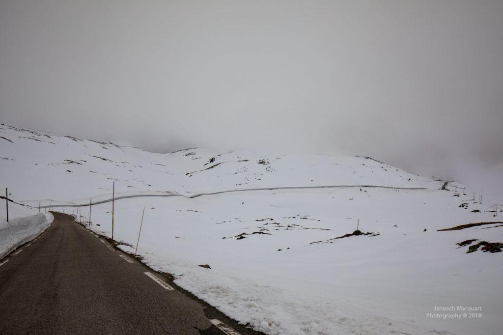 Foto einer Strasse im tiefen Schnee.