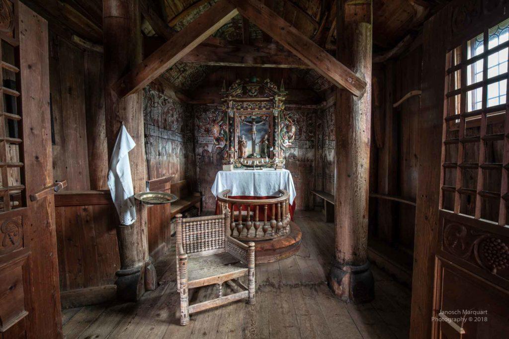 Foto des Altarraums mit hölzernem Stuhl aus dem 12. Jahrhundert.