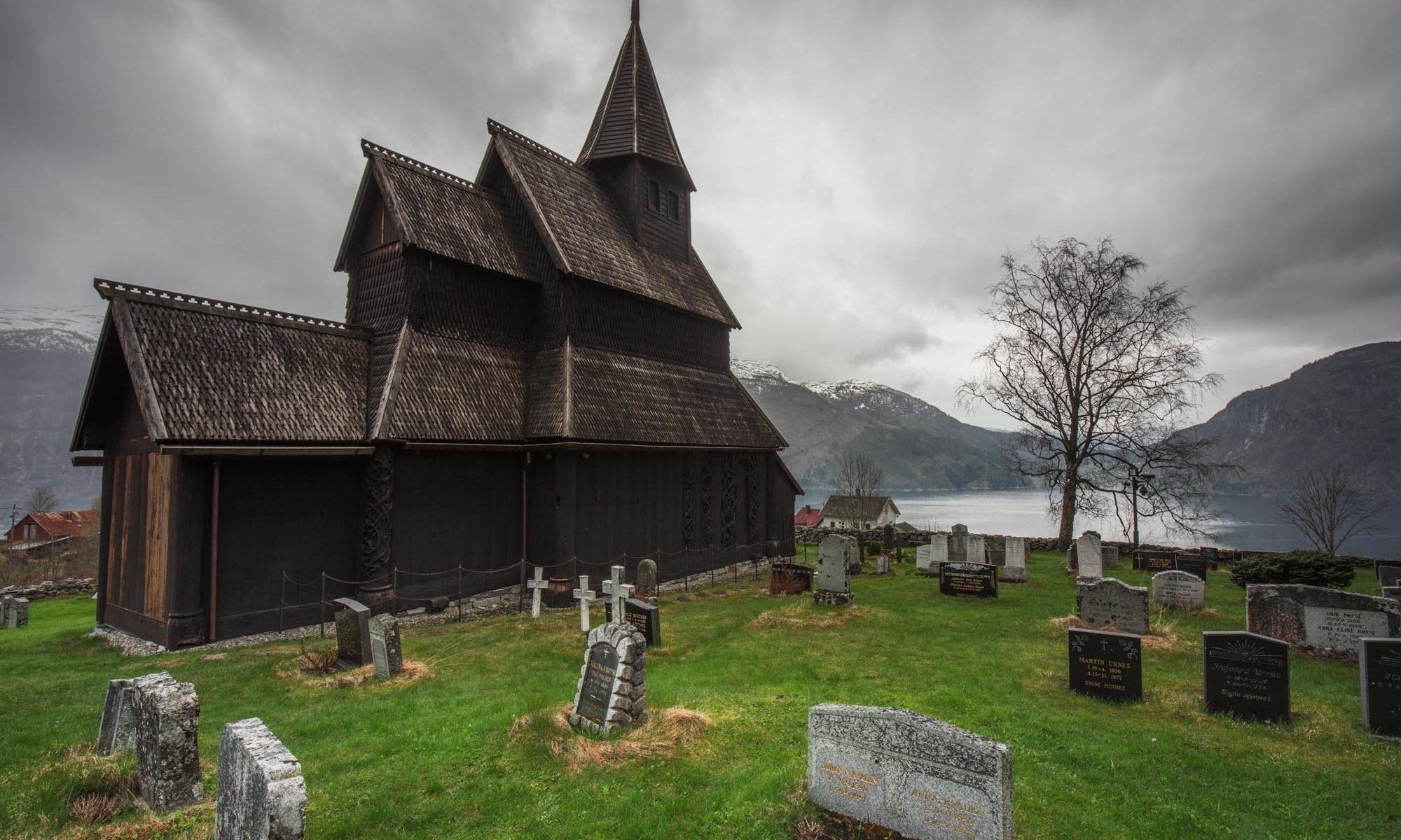 Foto der Stabkirche von Urnes von aussen im Frühling.