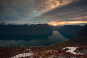 Foto des Sonnenuntergangs über dem Aurlandsfjord in Norwegen