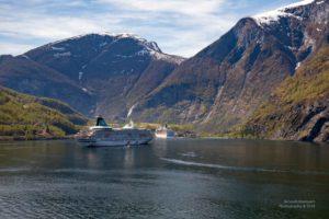 Foto mit zwei Kreuzfahrtschiffen die vor Flåm vor Anker liegen.