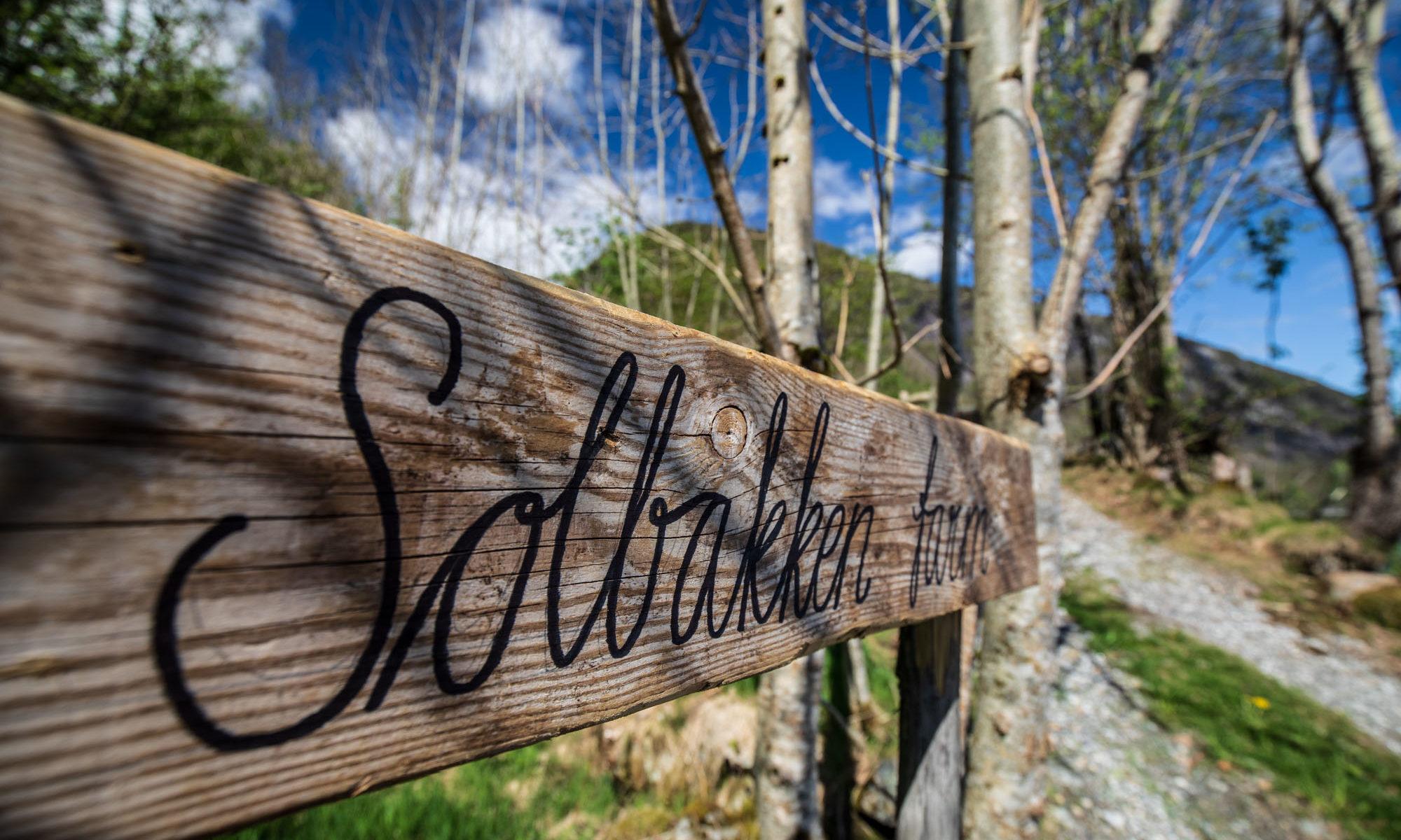 Foto eines Holzschildes der Solbakken Farm in Norwegen