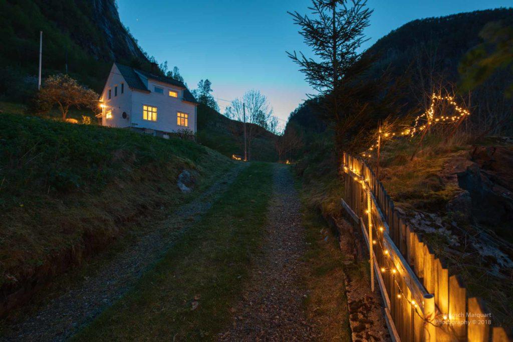 Foto der Solbakken Farm in der Nacht und spärlich beleuchtet.