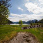 Foto eines No Camping Schildes im Sommer
