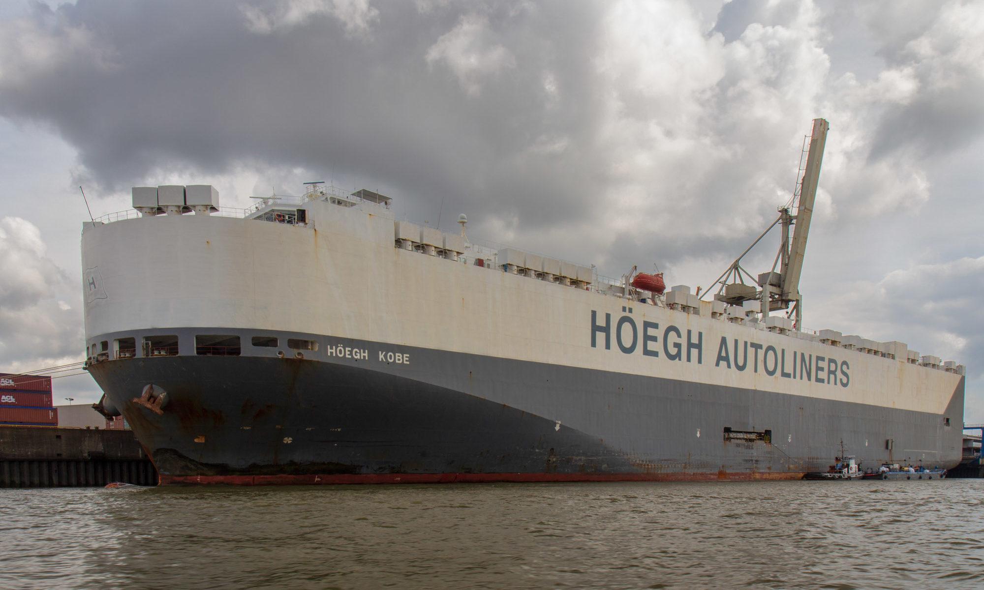 Foto eines RoRo Schiffes in Hamburg am Hafen.