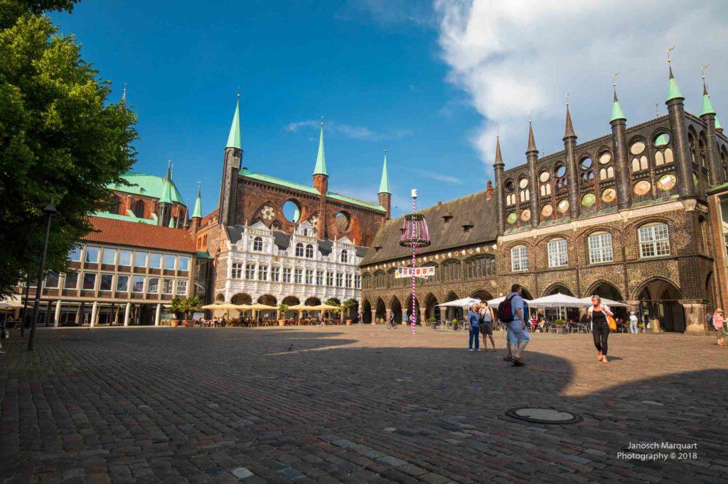 Foto des Rathausplatzes in Lübeck in der Abendsonne