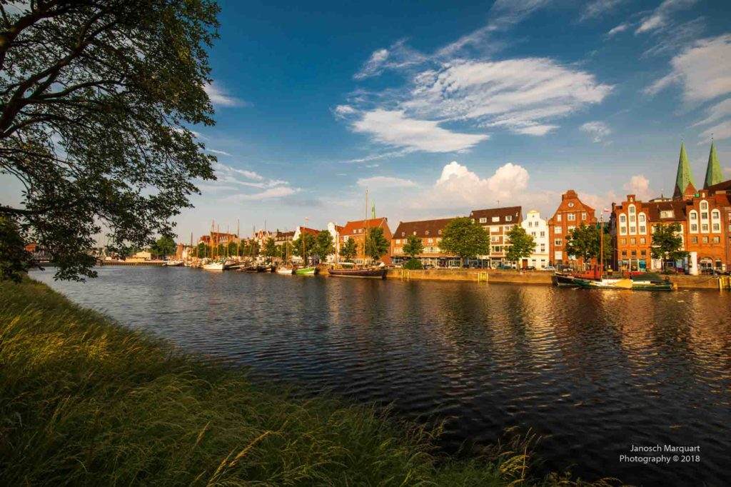 Foto des Hafens von Lübeck in der untergehenden Sonne