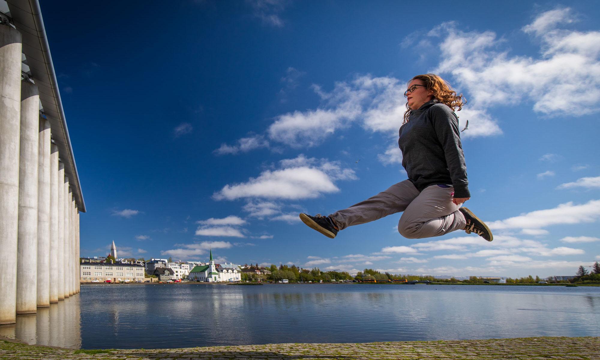 Christina tanzt in Reykjavik an einem See.