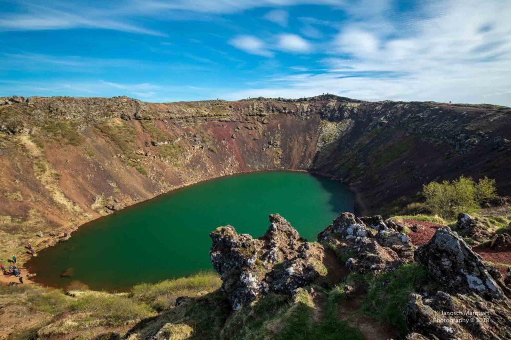 Foto des smaragdgrünen Sees im Kerid Krater in Island.
