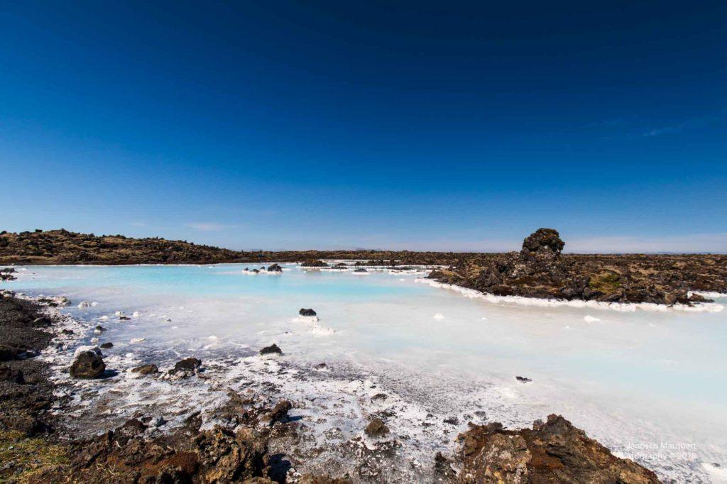 Foto eines kleinen weiss-blauen Sees bei der Blue Lagoon in Island.
