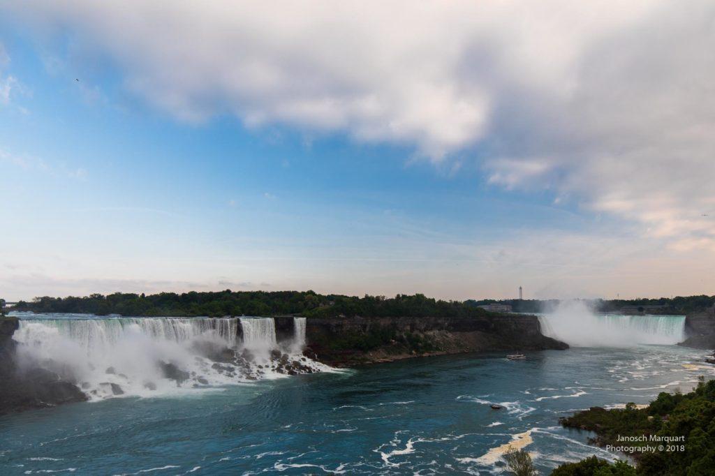 Foto beider Niagara Fälle bei Tag.