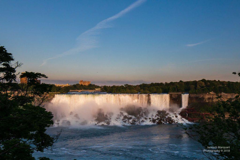 Foto der American Falls als Teil der Niagara Falls bei Abendlicht.