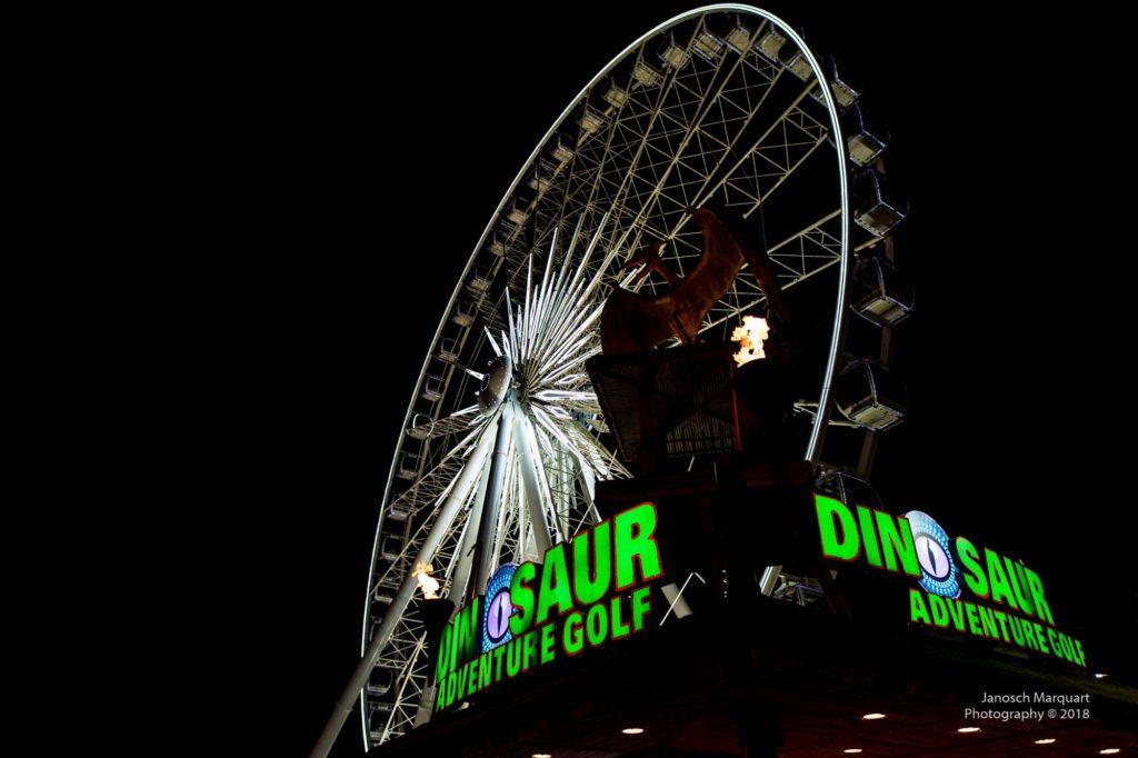 Foto eines weiss beleuchteten Riesenrads in Niagara Falls.