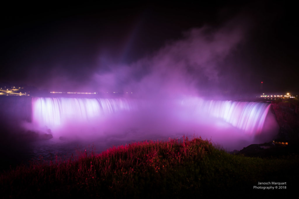 Foto von rot beleuchteten Horseshoe Falls.