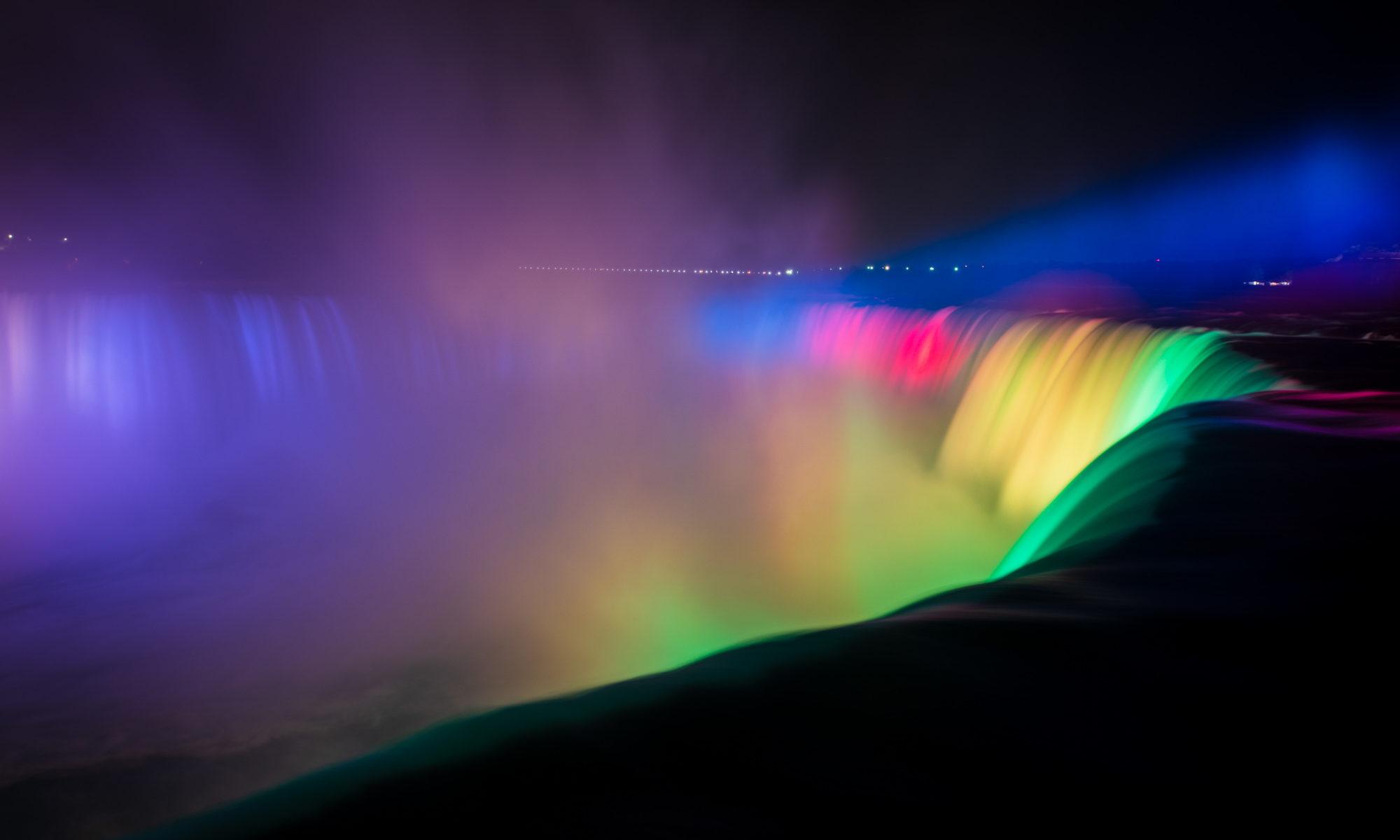 Foto des Horseshoe Falls in der Nacht in vielen Farben beleuchtet.