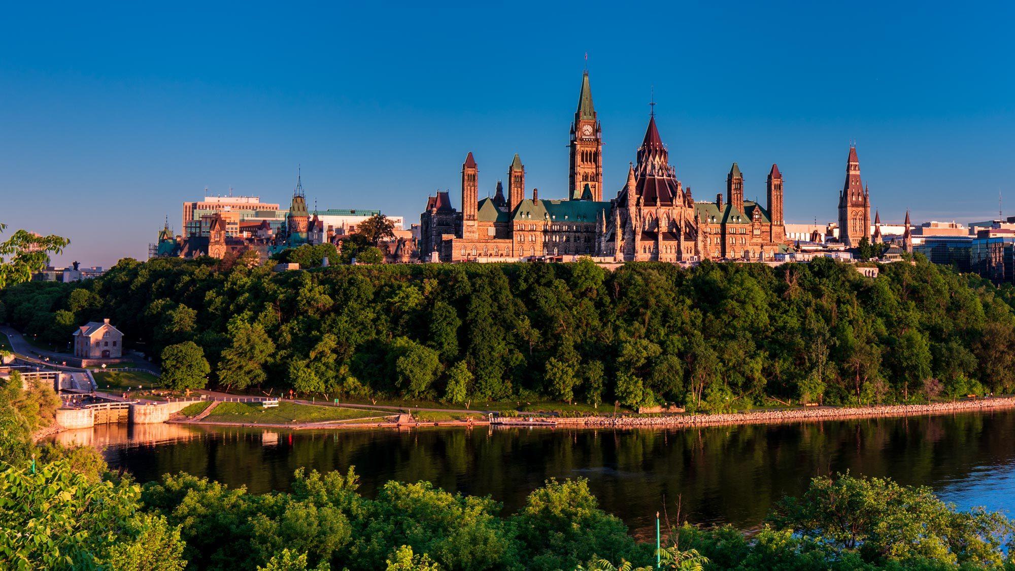 Foto der Parliament Hills in Ottawa bei Abendsonne.