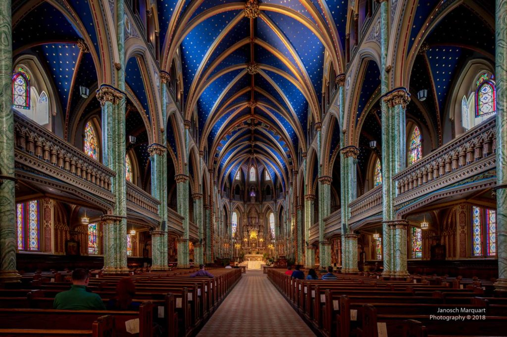 Bild des Mittelschiffs der Kathedrale Notre Dame in Ottawa.