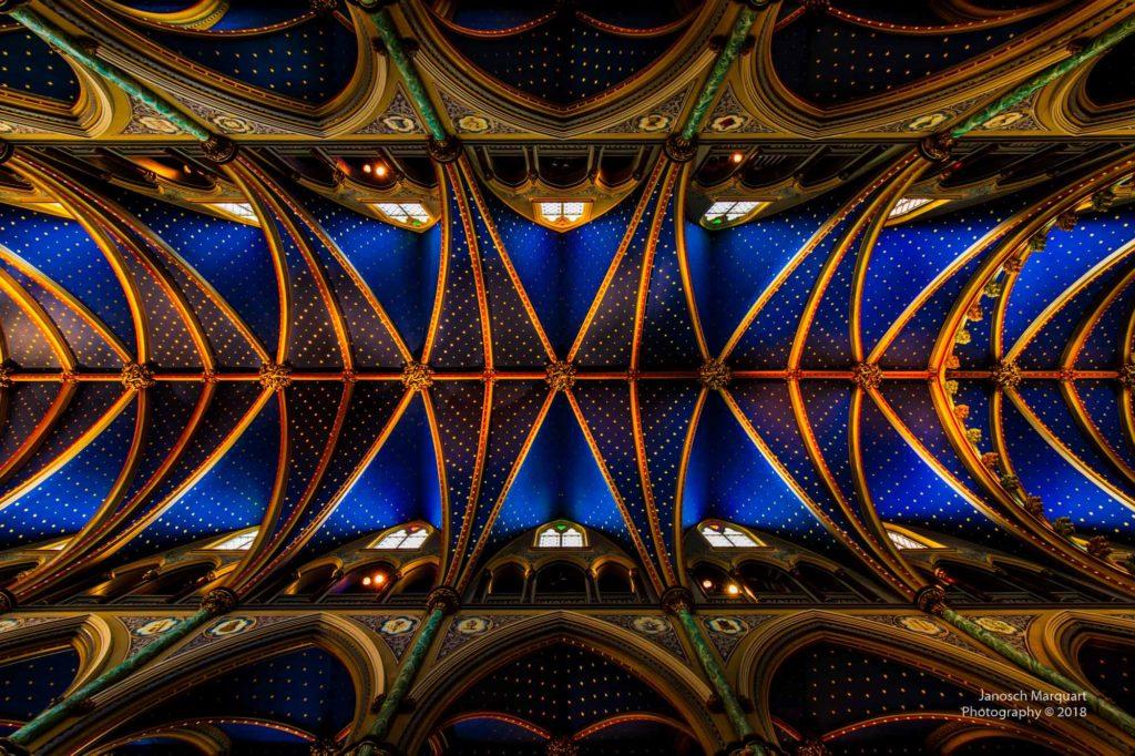 Foto des reichlich geschmückten Dachgewölbes der Notre Dame in Ottawa.