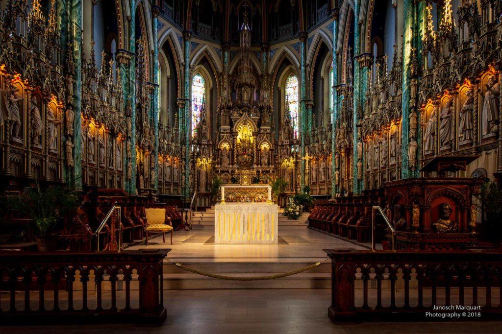 Bild des Altars und der umgebenden Kunstwerke in der Notre Dame in Ottawa.