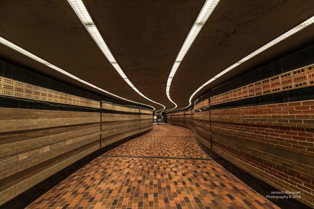 Bild einer Unterquerung in Montreal die menschenleer ist.