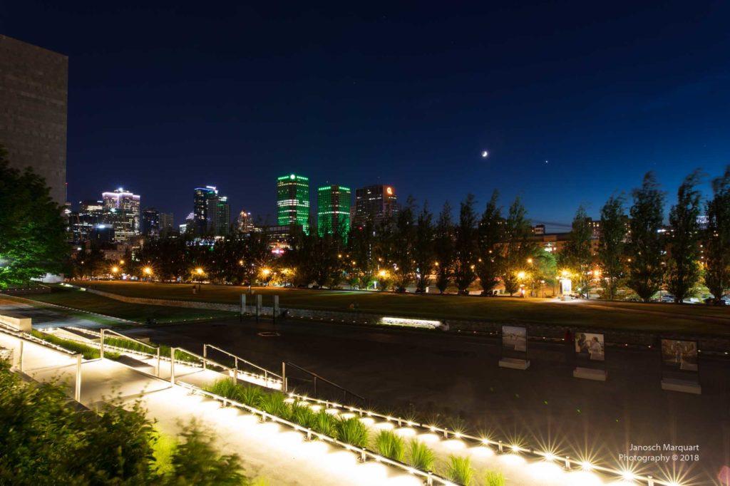 Nachtaufnahme der lichterstrahlten Wolkenkratzer in Montreal.