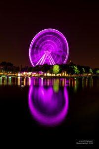 Foto des violett beleuchteten Riesenrads in Montreal.