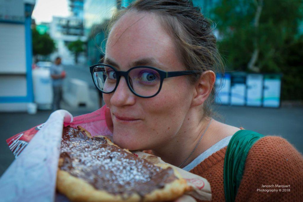 Foto wie Christina ein Beavertail isst.