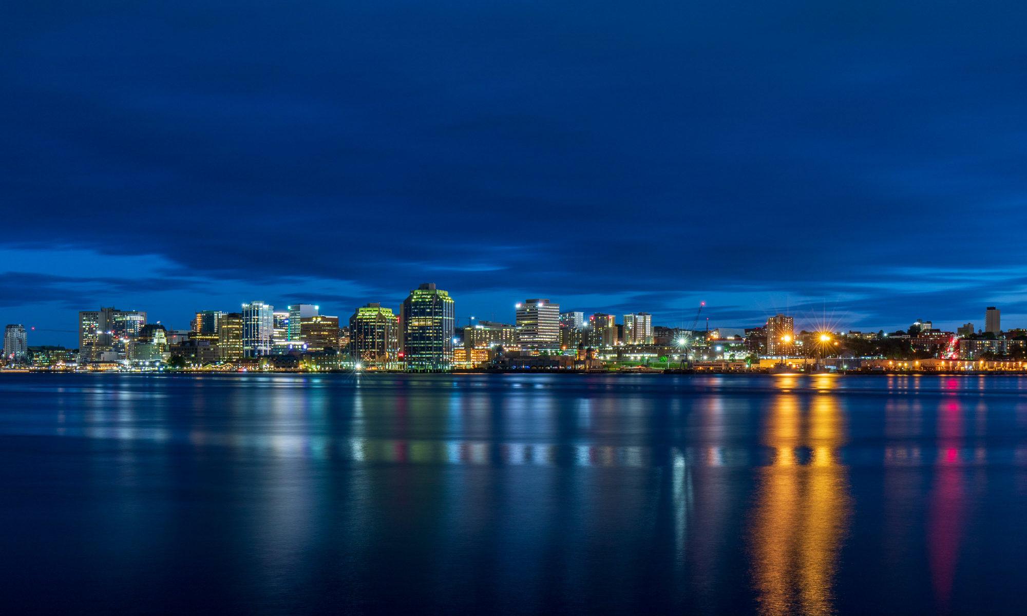 Nachtaufnahme der Skyline von Halifax zur blauen Stunde.
