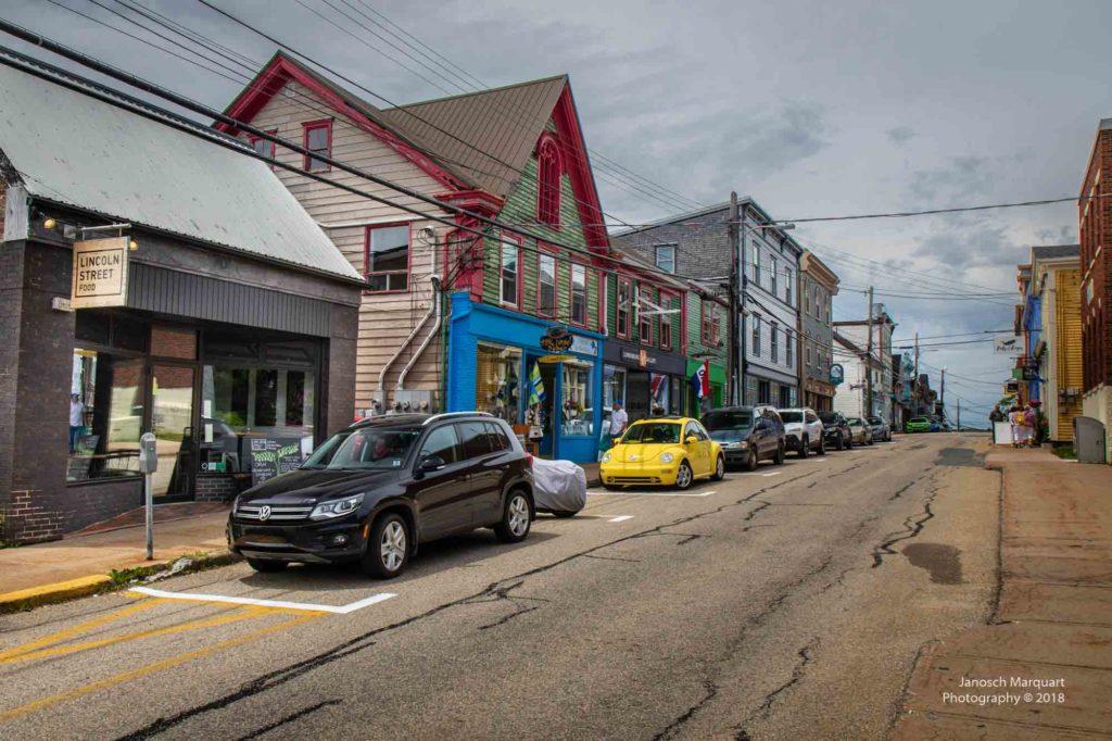 Eine der vielen bunten Strassen in Lunenburg in Nova Scotia, Kanada.