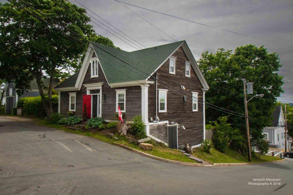 Foto eines alten Hauses in Lunenburg an einer Strassenkreuzung.