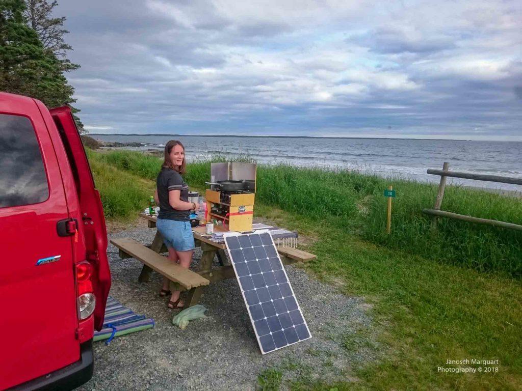 Foto des Campers und der Küche direkt am Strand.